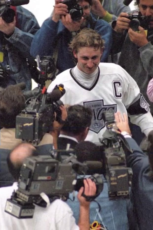 This Day in Sports History: Wayne Gretzky Scores 802nd Goal to Break Gordie Howe's Record