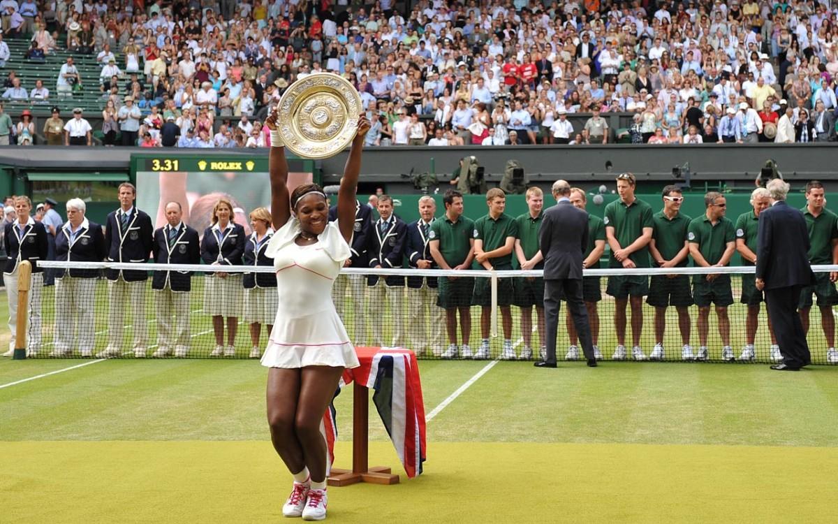serena-trophy-pose.jpg